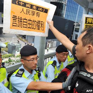 香港新政府总部外警员挡着一名示威者(18/8/2011)