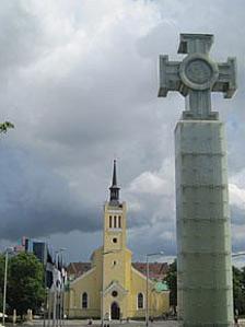 Un monimento de la independencia delante de una iglesia