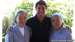 Trung tá Kimberly Mitchell (giữa) cùng Sơ Vincent (phải) và Sơ Mary, người làm việc tại Trại trẻ mồ côi Thánh Tâm nơi cô Mitchell được nhận làm con nuôi