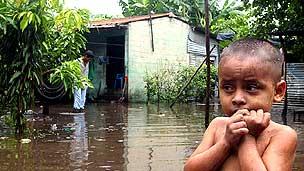 Niño en El Salvador, tras el paso del huracán Stan en 2005