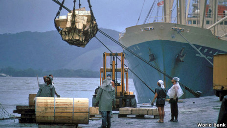 Barco chino siendo cargado de productos latinoamericanos
