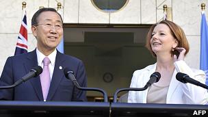 潘基文(左)与吉拉德在堪培拉国会大楼前会见媒体记者(3/9/2011)
