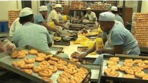 O trabalho na padaria é parte do programa de reabilitação dos prisioneiros em Tihar