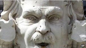 تمثال تعرض للاعتداء