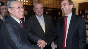 Ông Nguyễn Văn Hưởng trong một cuộc tiếp xúc với quan chức ngoại giao Hoa Kỳ