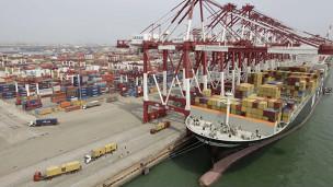 Hàng hóa nhập khẩu vào Trung Quốc ở cảng Thanh Đảo, tin̉h Sơn Đông