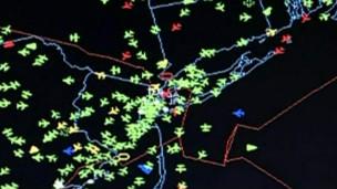 Um dos controladores de voo pede a ajuda de caças para interceptar aviões