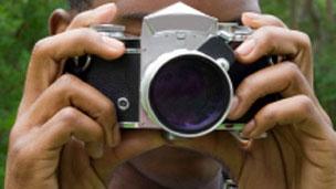 कैमरा लिए व्यक्ति