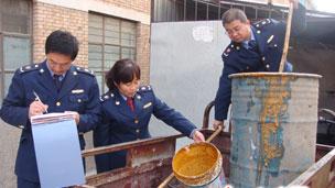 中国甘肃省庆阳市当局查处一起私自回收提炼地沟油案件(21/03/2011,资料照片)