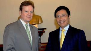 TNS Jim  Webb trong chuyến thăm Việt Nam
