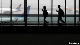 Passageiros desembarcam no aeroporto de Guarulhos