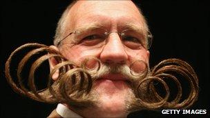 Hombre con espectacular bigote