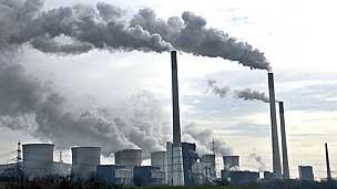 Fábrica emitiendo CO2