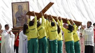 religiosos levantan una cruz