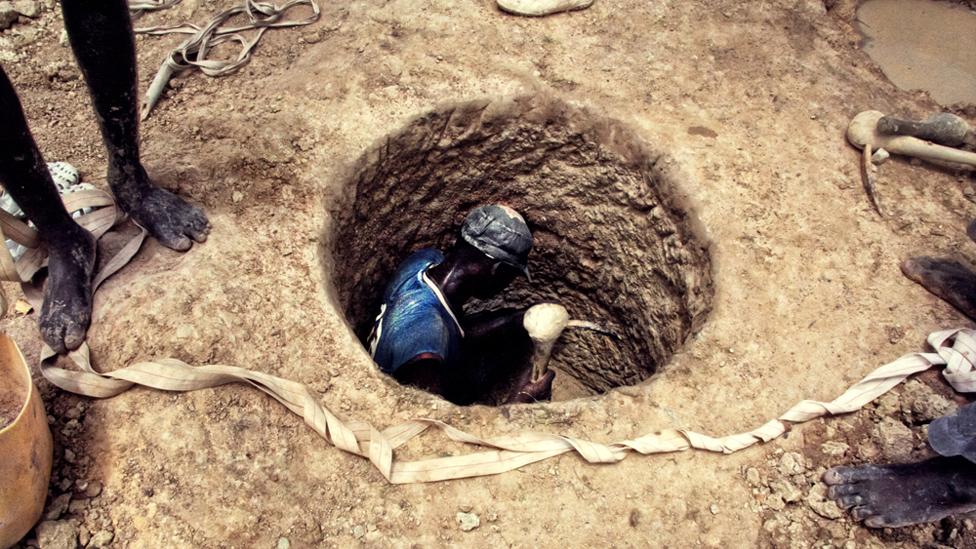باسكال دامبيلي يحفر بحثا عن الذهب