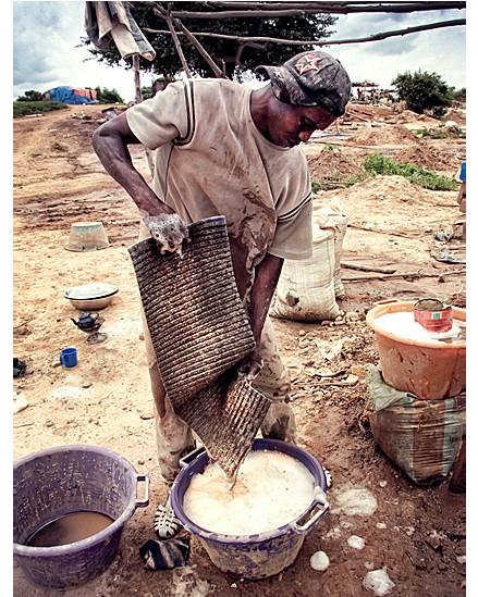مامادو ديالو يغسل الصخور