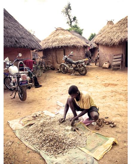 الذهب امام كوخ زعيم القرية
