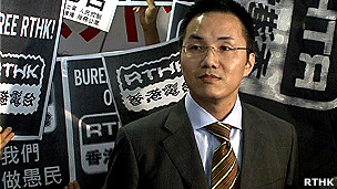 香港新任广播署长邓忍光在抗议的香港电台员工包围下会见媒体记者(香港电台图片15/9/2011)
