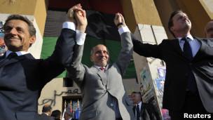 Sarkozy (esq.), Abdul-Jalil, do CNT, e David Cameron, em Trípoli (Reuters)