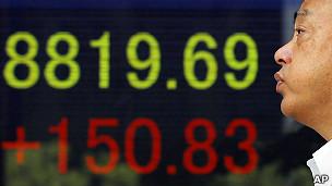 东京某证券行外的显示屏展示日经平均指数2011年9月16日午盘报价