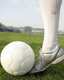 Pierna de futbolista con balón