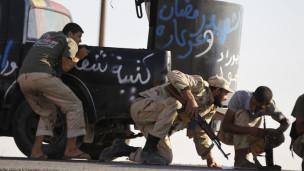 Forças anti-Khadafi se protegem. Foto: Reuters