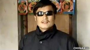 陈光诚在家中(美国对华援助协会2011年2月9日发放视频截屏)