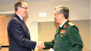 Hai ông Robert Scher và Nguyễn Chí Vịnh tại cuộc đối thoại