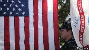 Militar Luz Bautista posa con la banderra de Estados Unidos