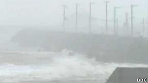 Tufão atinge região costeira no Japão (BBC)