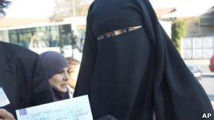 Hind Ahmas com a multa recebida pela corte francesa nesta quinta (AP)