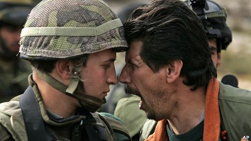 Palestino discutiendo con soldado israelí