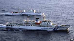 日本海上保安厅巡逻船与中国渔政巡逻船在钓鱼岛附近海域(24/08/2011,资料照片)