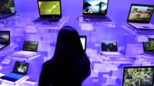 Una mujer frente a varias computadoras