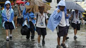 奎松城学生在台风来袭后放学回家(26/09/2011)