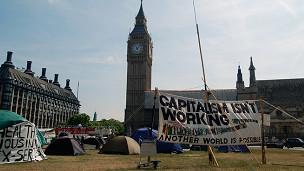 Protesta anticapitalista frente al Parlamento Británico