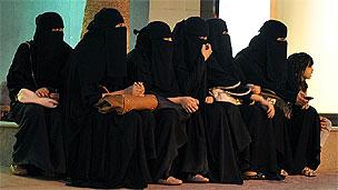 தமது வாகன சாரதிகளுக்காக காத்திருக்கும் சவுதி பெண்கள்