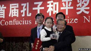 """在""""孔子和平奖""""颁奖仪式上,一位女童代连战领奖(09/12/2010)"""