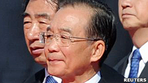 中国总理温家宝在北京天安门广场出席向人民英雄纪念碑敬献花篮仪式(1/10/2011)