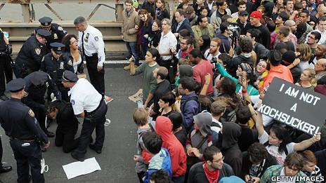 """纽约警察在布鲁克林大桥上逮捕一名""""占领华尔街""""运动示威者(1/10/2011)"""