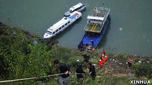湖北兴山客车坠河现场救援人员转运伤员(新华社图片1/10/2011)