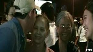 Ông Freeman hôn mẹ khi gặp lại