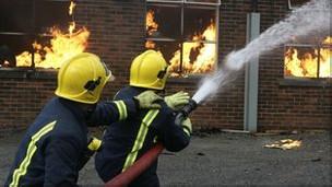 Bomberos apagan un incendio