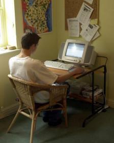 Un joven frente a un computador