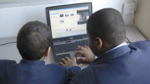 Jóvenes en frente a un computador