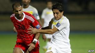 حيدر قرمان لاعب من نادي أربيل العراقي(يمين) ولاعب من الكويت الكويت