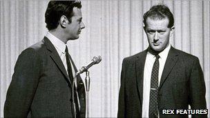 Tony Barrow (a la derecha) junto con Brian Epstein