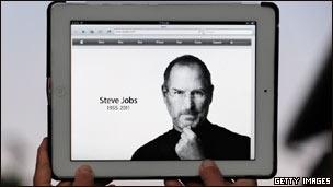 Steve Jobs trên máy tính bảng Ipad, một sản phẩm ăn khách của Apple