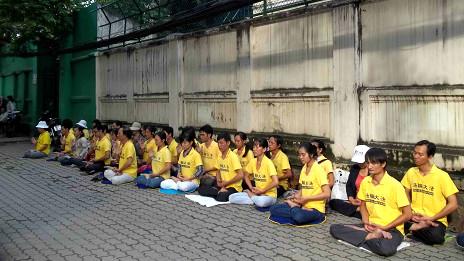 Học viên Pháp Luân Công ngồi thiền trước LSQ TQ tại TP HCM sáng 6/10