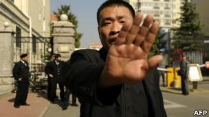 刘晓波与刘霞在北京的寓所外一名男子试图阻止记者拍照(13/10/2010)